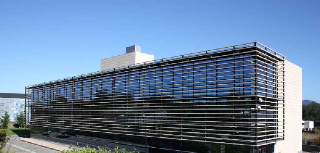 edificio de oficinas con muro cortina aluminio plata y vidrio de color