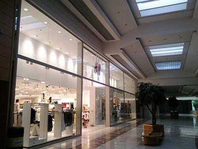 cierre comercial y escaparate con H&M en color plata y 7 cristales grandes
